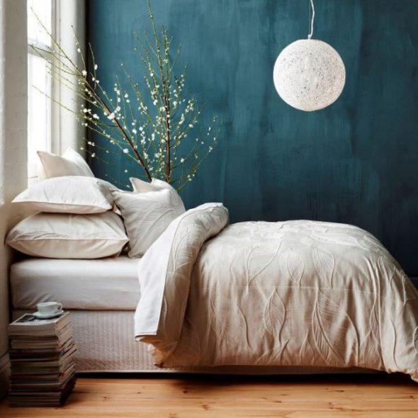 Стена, выкрашенная фактурной краской в спальне