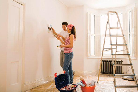 Парень и девушка делают ремонт