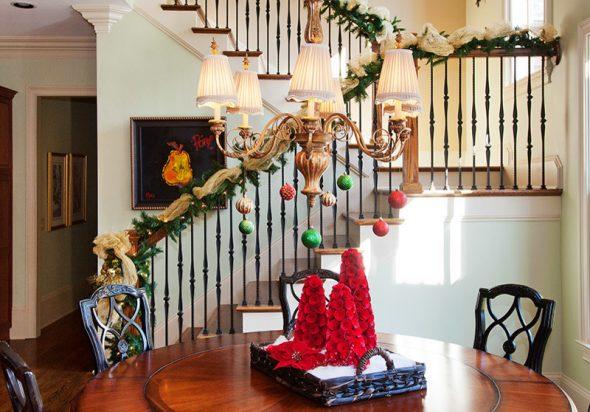 Как украсить лестницу на Новый год
