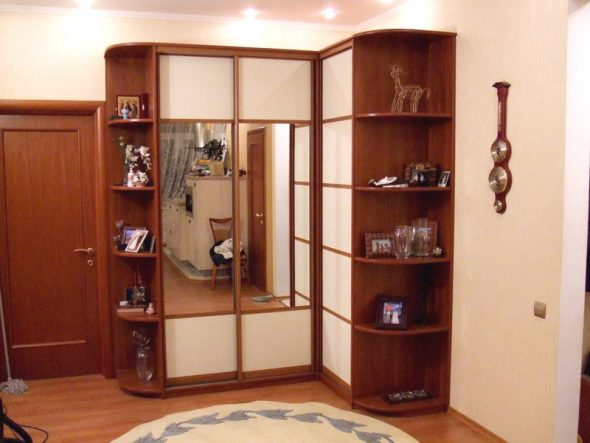 Идея углового шкафа с боковыми полками