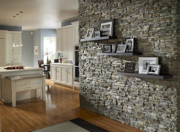 Фото-галерея на стене из камня