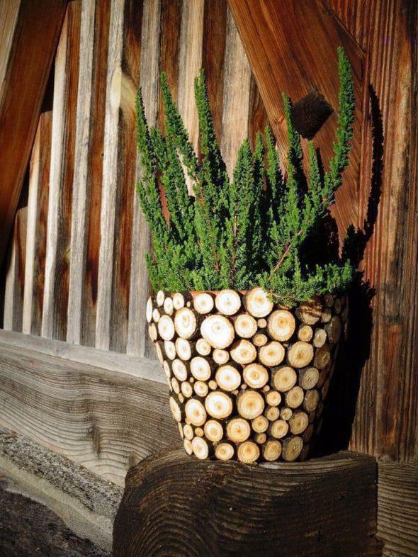 Кашпо, украшенное спилами дерева