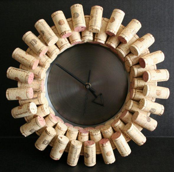 Часы из пробок