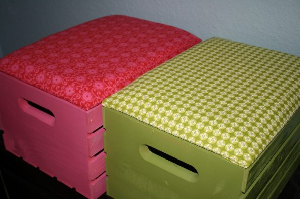 Деревянные ящики, покрытые тканью