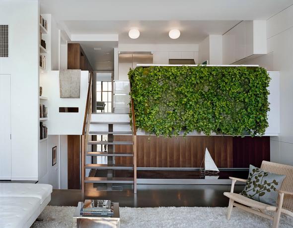 Вертикальный сад на перегородке между кухней и гостиной
