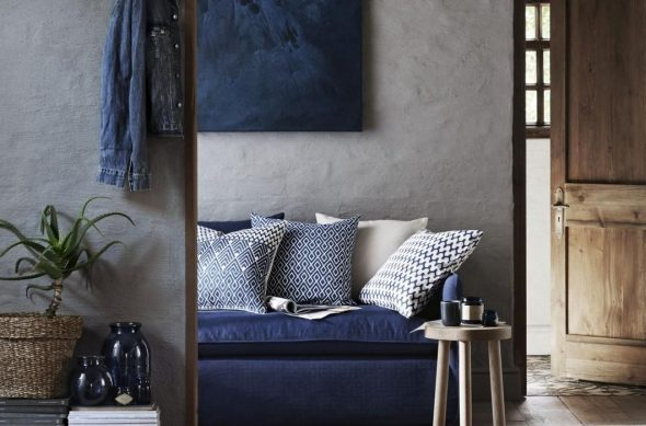Картина и диван цвета индиго