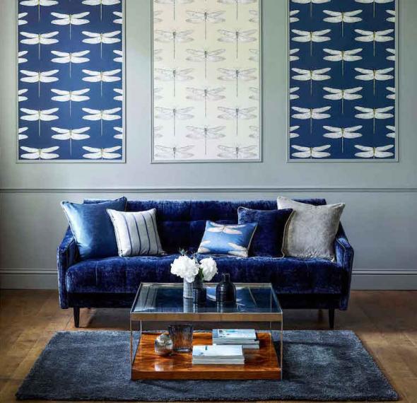 Синий диван и оригинальные картины