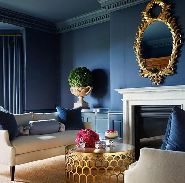 Синие стены и аксессуары в золотом цвете