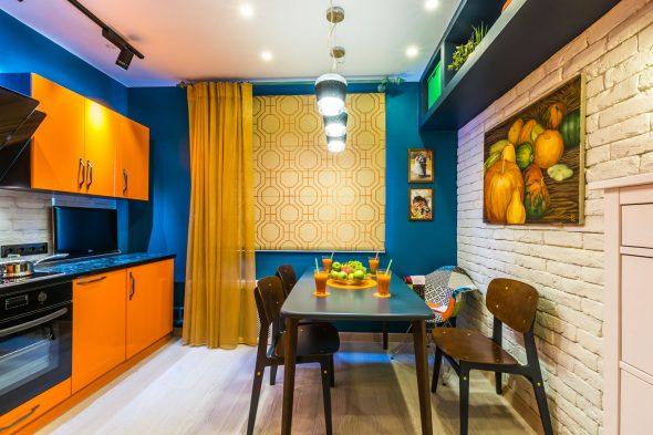 Кухня в синих и оранжевых цветах
