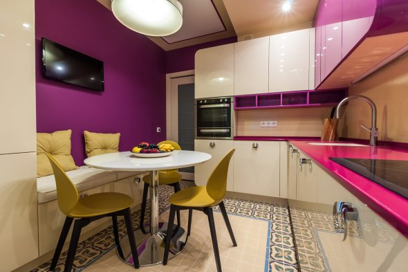 Кухня с розовыми и жёлтыми акцентами