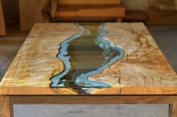 Фото стола из дерева и эпоксидной смолы