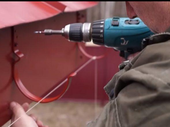 Закрепление крюка с помощью шуруповёрта