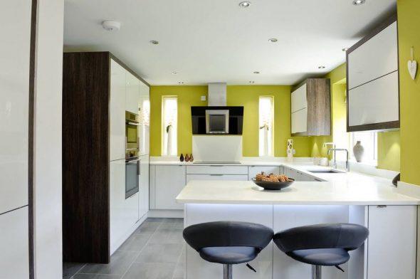 Сочетание белой мебели с яркими стенами на кухне