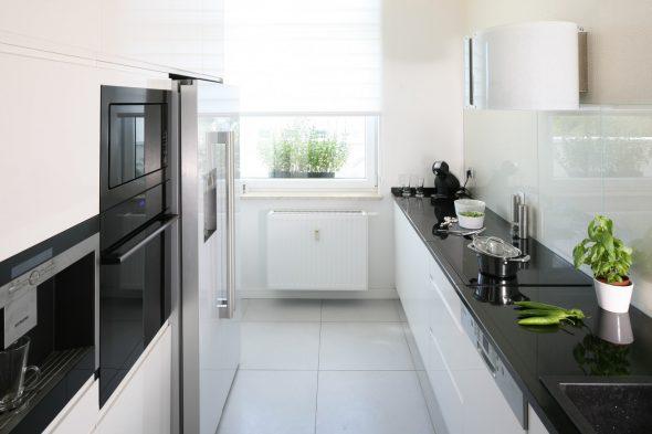 Чёрно-белая кухня 12 кв. м