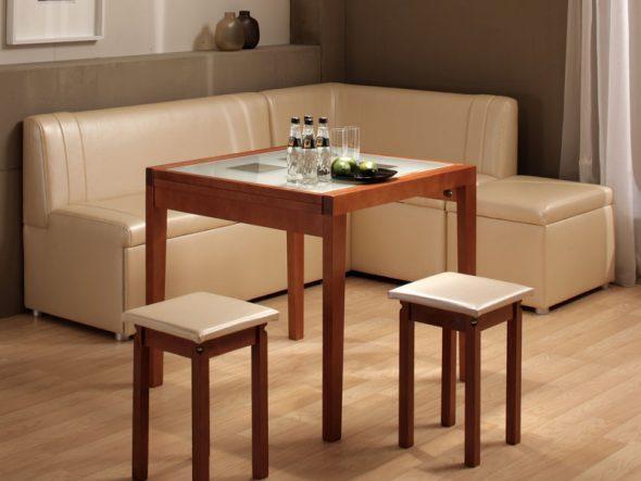 Угловой диван и стол с табуретками на кухне
