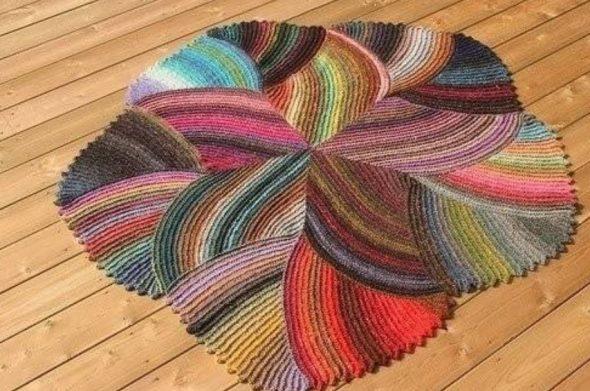 Разноцветный вязаный коврик в виде цветка