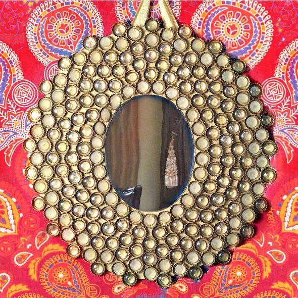 Рамка для зеркала из пивных крышек
