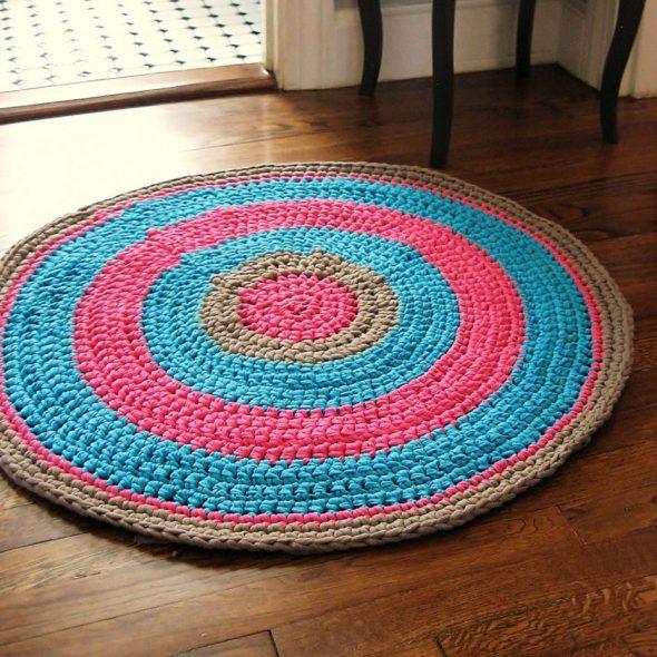 Трёхцветный коврик из старых вещей