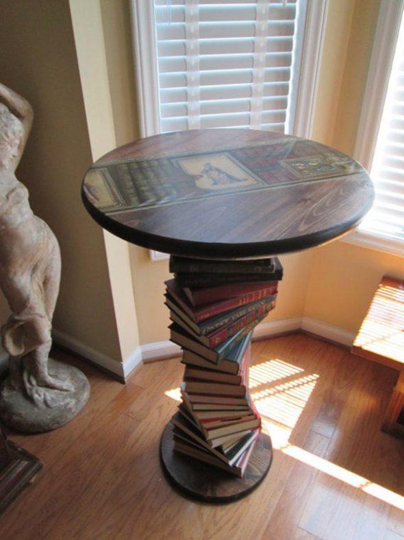 Столик с ножкой из стопки книг