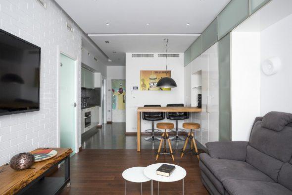 Кухня и зона отдыха в квартире-студии