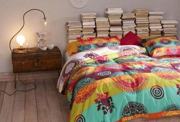 Изголовье кровати из книг