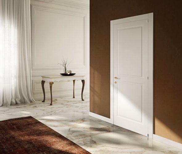 Белая дверь в сочетании с белым плинтусом