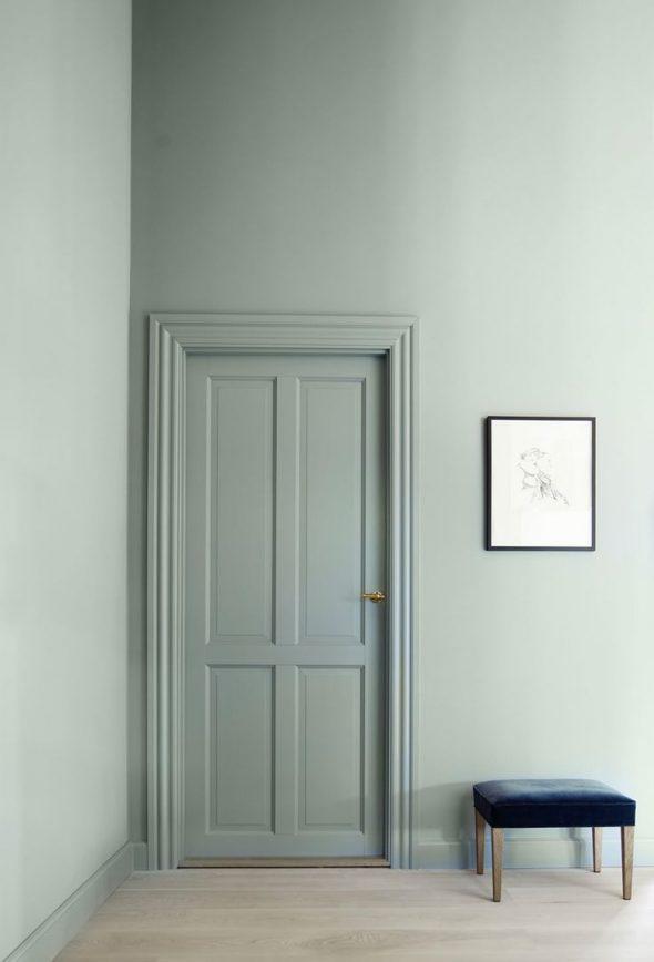 Дверь и стены выкрашены в один цвет