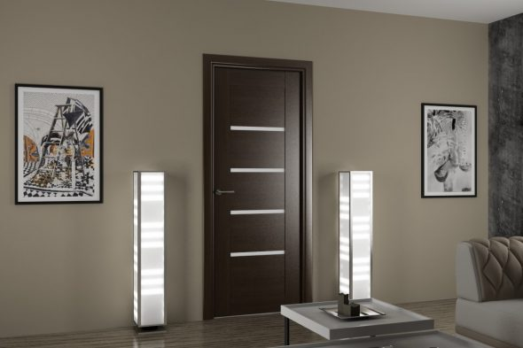 Дверь со вставками на фоне коричнево-серой стены