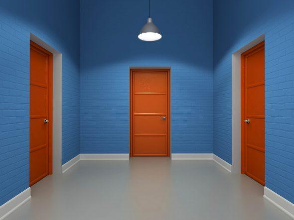 Коричневые двери в контрасте с синими стенами