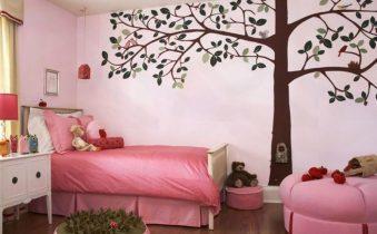 Украшение стены рисунком дерева