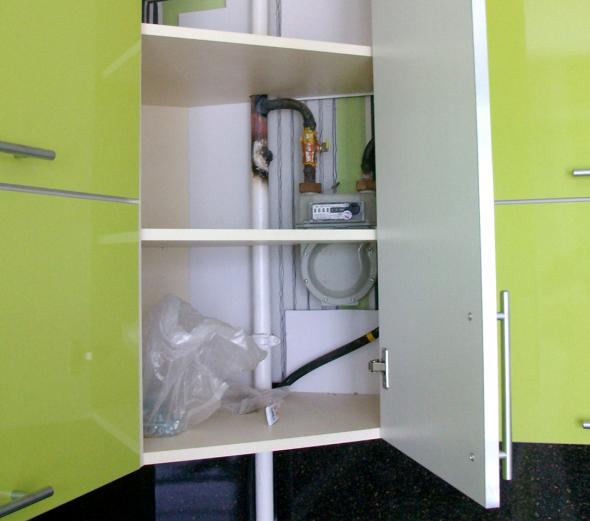 Шкаф с отверстиями для газовой трубы