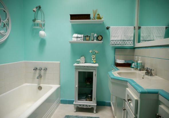 Голубая краска на стенах ванной комнаты