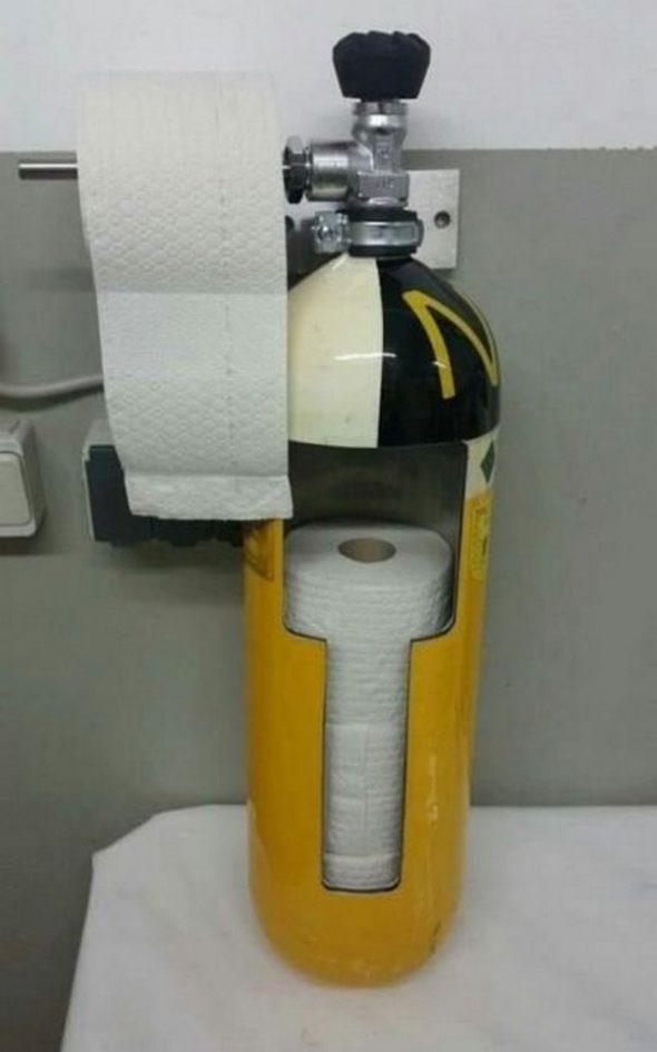 Коллектор туалетной бумаги из огнетушителя
