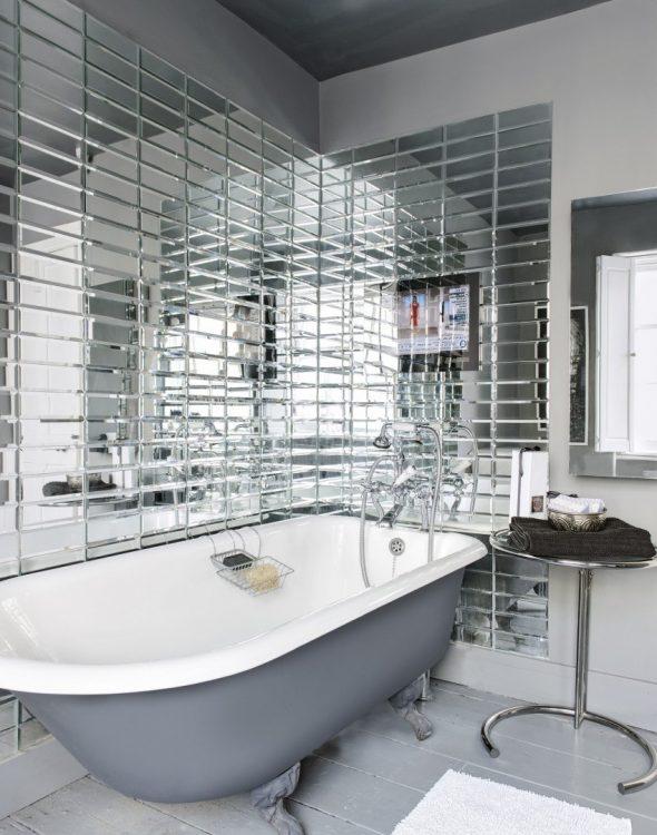 Ванная комната с зеркальной плиткой на стене