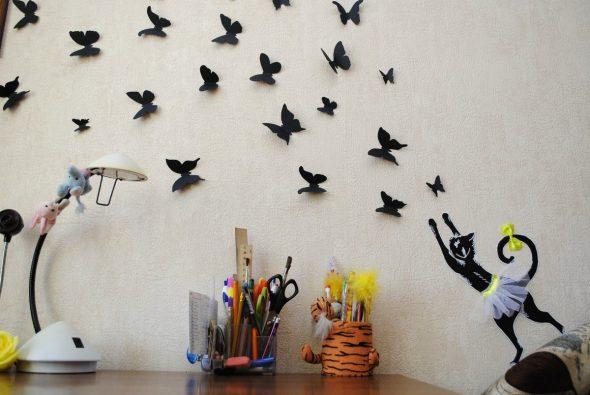аппликации в виде бабочек на белой стене