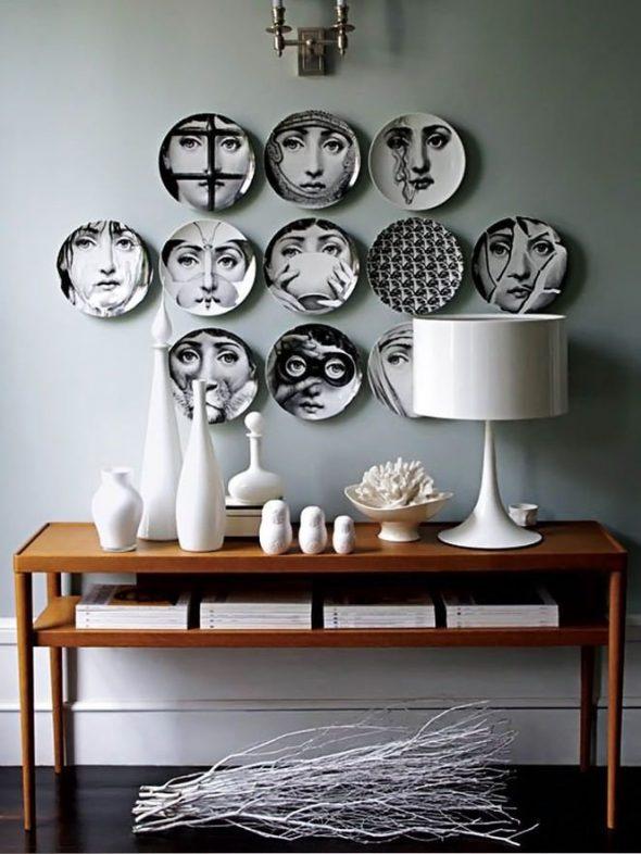 оформление белой стены тарелками