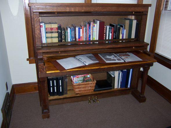 Книжный шкаф из пианино