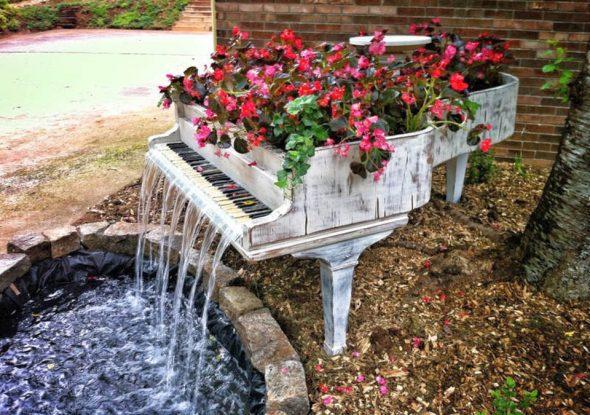 Садовый фонтан из пианино