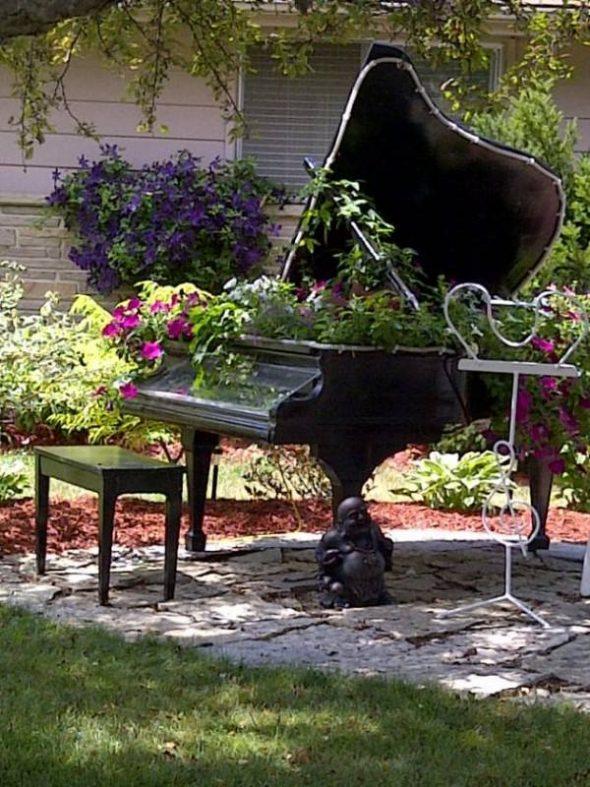 Цветник из пианино