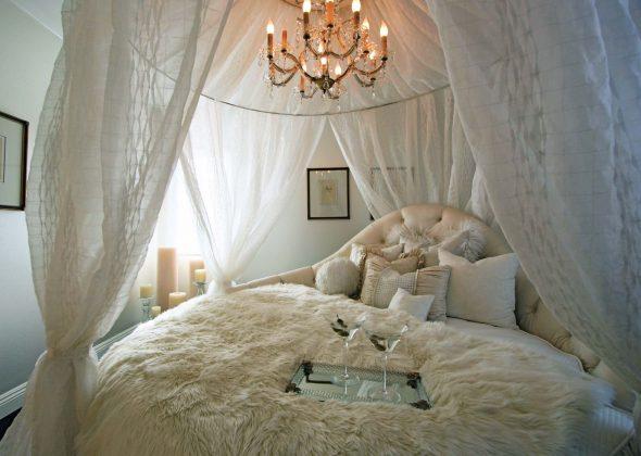 Круглая кровать с балдахином в интерьере спальни