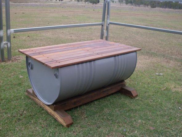 Скамейка из железной бочки