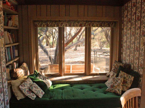 Лежак у окна