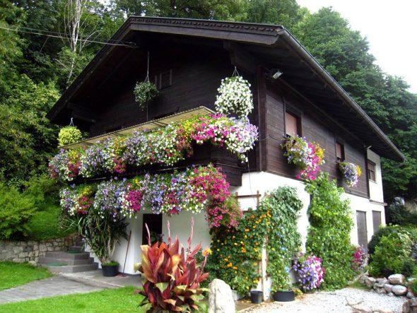 Дом, украшенный цветами