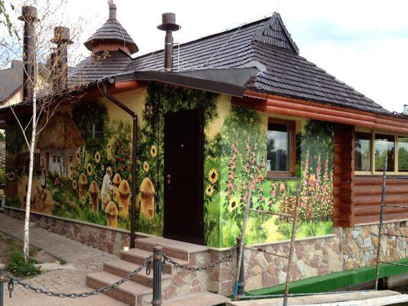 Фасад дома с яркой росписью
