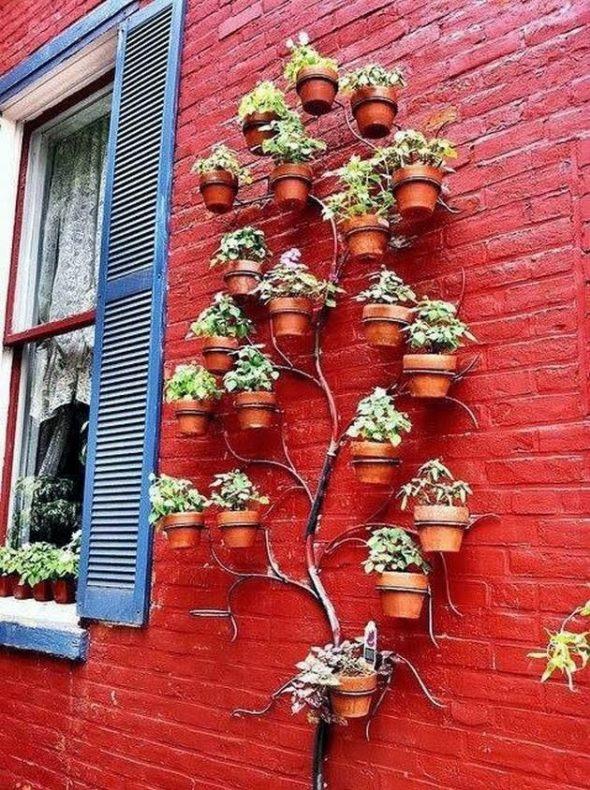 Отделка фасада растениями в горшках
