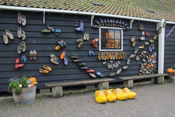 Декор из обуви на фасаде дома