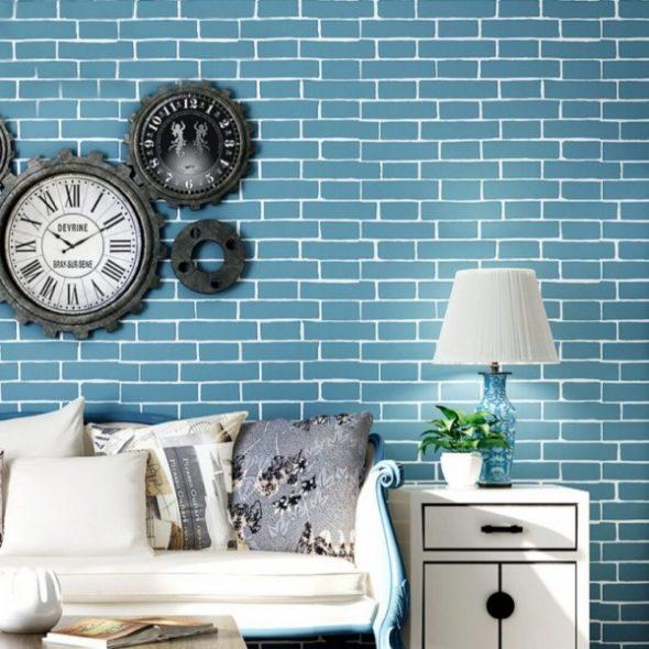 Синяя кирпичная стена за диваном