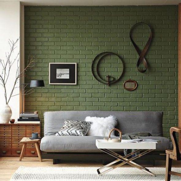 Зелёная кирпичная стена за диваном