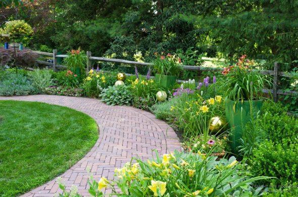 Садовая дорожка вдоль клумб