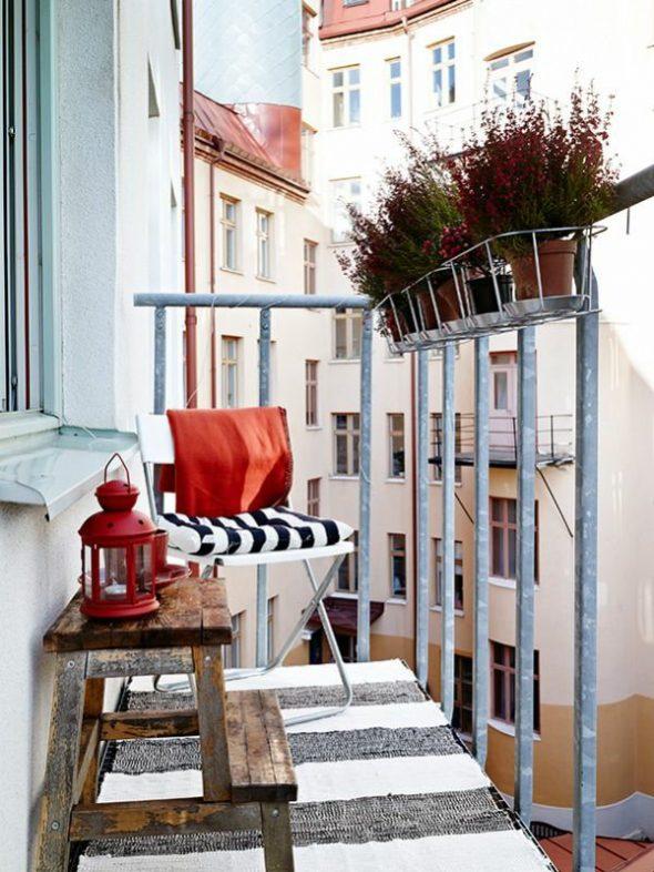 Открытый балкон с маленькой аранжереей